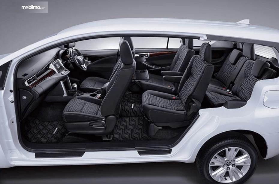 Gambar ini menunjukkan jok mobil Toyota Kijang Innova G Luxury Facelift AT 2020