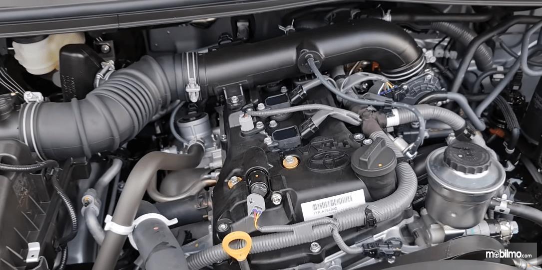 Gambar ini menunjukkan mesin Toyota Kijang Innova G Luxury Facelift AT 2020