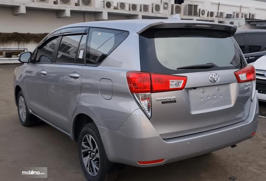 Gambar ini menunjukkan bagian samping dan belakang Toyota Kijang Innova G Luxury Facelift AT 2020