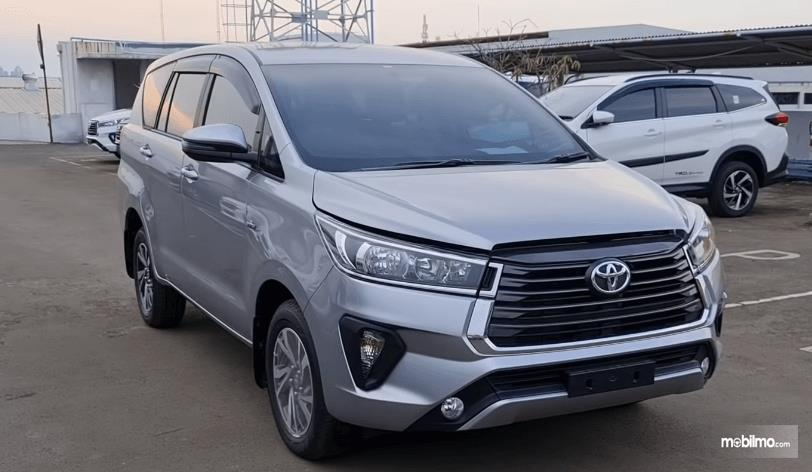 Gambar ini menunjukkan bagian depan Toyota Kijang Innova G Luxury Facelift AT 2020