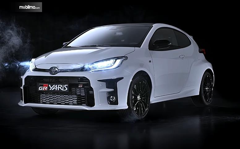 Gambar ini menunjukkan mobil Toyota GR Yaris Tampak Depan
