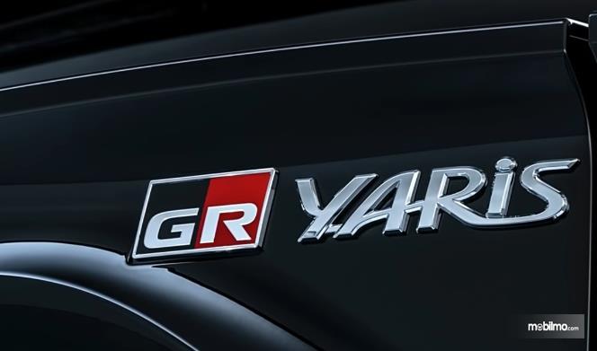 Gambar ini menunjukkan emblem logo Toyota GR Yaris