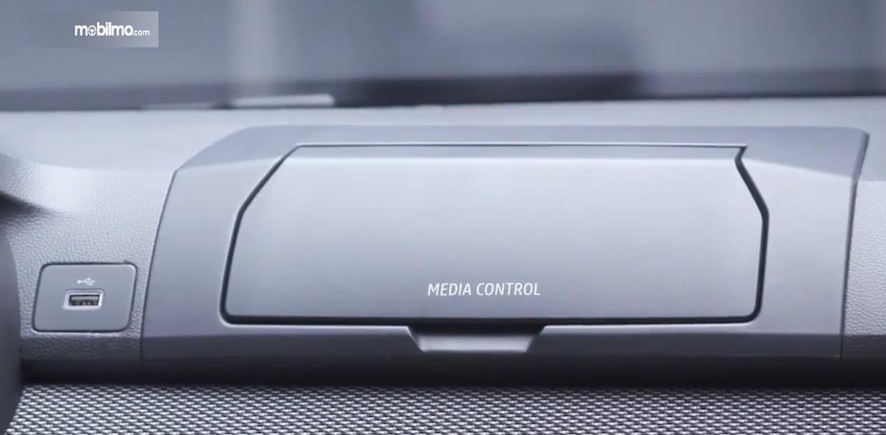 Gambar ini menunjukkan teknologi media control pada kendaraan yang bisa ditutup