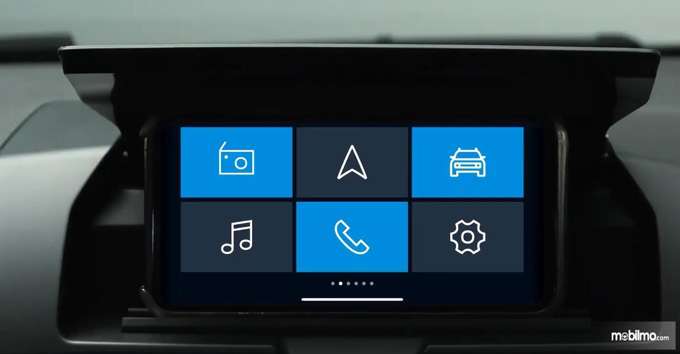 Gambar ini menunjukkan smartphone jadi sistem infotainment kendaraan