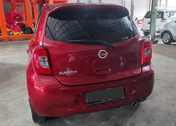 Gambar ini menunjukkan bagian belakang mobil Nissan March 1.2 AT 2017