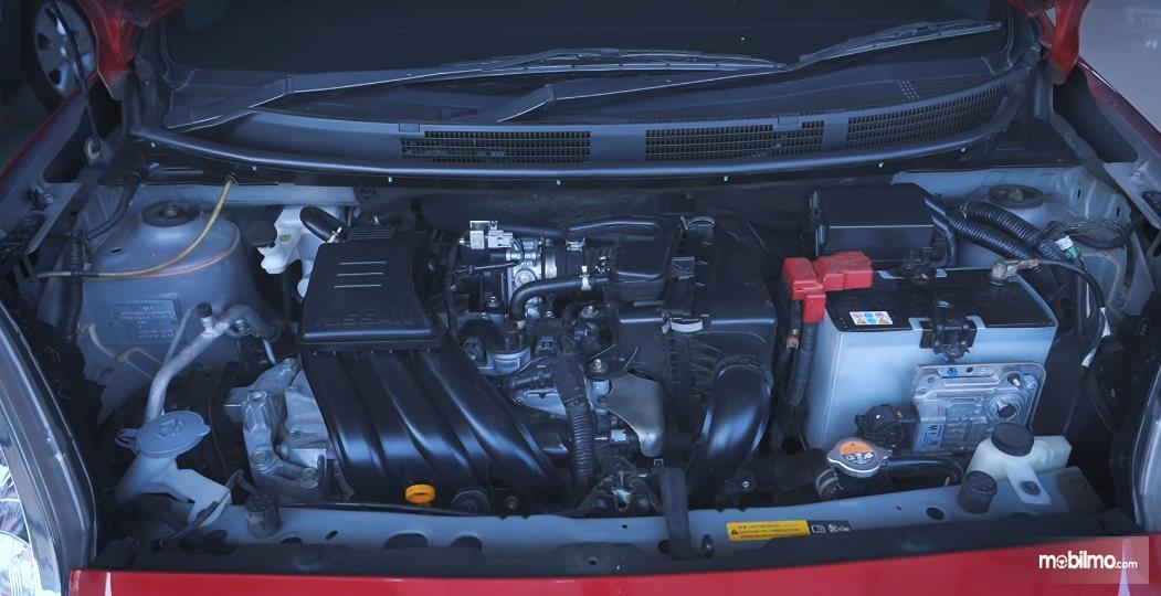 Gambar ini menunjukkan mesin mobil Nissan March 1.2 AT 2017