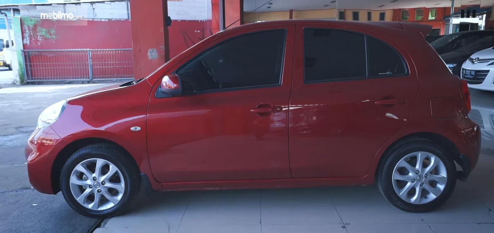 Gambar ini menunjukkan sisi samping Nissan March 1.2 AT 2017