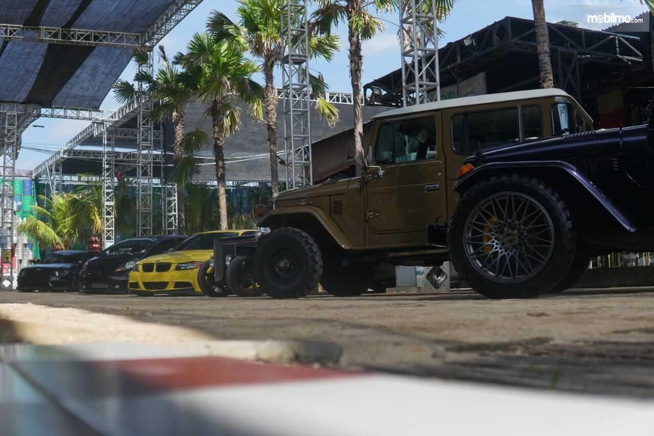 Gambar ini menunjukkan beberapa mobil dalam Road to IMX 2021 Stage di Bali