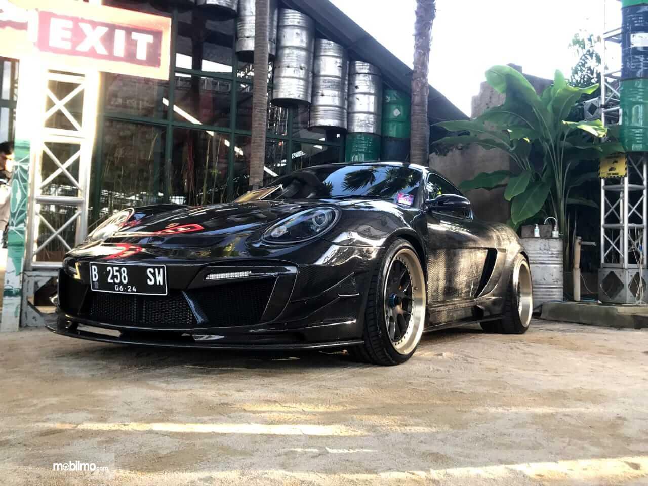 Gambar ini menunjukkan mobil Porsche Cayman full carbon yang jadi salah satu mobil terbaik di Indonesia