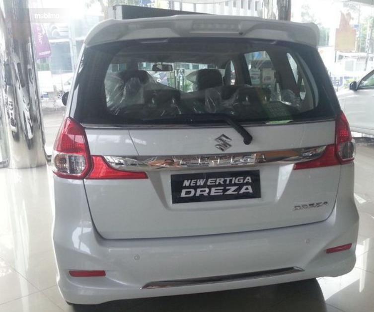 Gambar ini menunjukkan bagian belakang Suzuki Ertiga Dreza 2016
