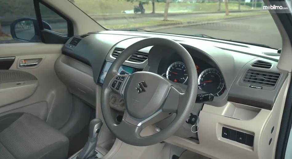 Gambar ini menunjukkan dashboard dan kemudi mobil Suzuki Ertiga Dreza 2016