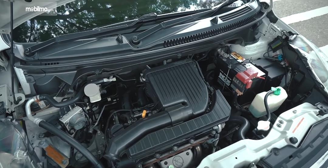 Gambar ini menunjukkan mesin mobil Suzuki Ertiga Dreza 2016