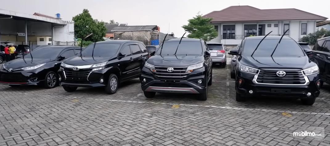 Gambar ini menunjukkan beberapa mobil warna hitam