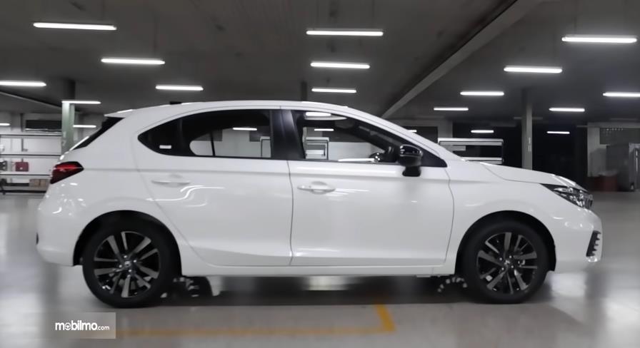 Gambar ini menunjukkan bagian samping Honda City Hatchback RS