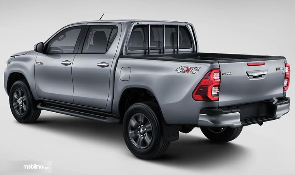 Gambar ini menunjukkan mobil Toyota Hilux tampak belakang