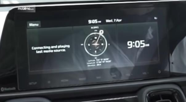 Gambar ini menunjukkan fitur arah kiblat pada mobil KIA Sonet 7 Seater