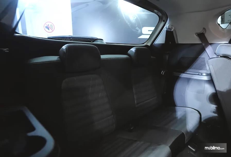 Gambar ini menunjukkan jok baris ketiga mobil KIA Sonet 7 Seater