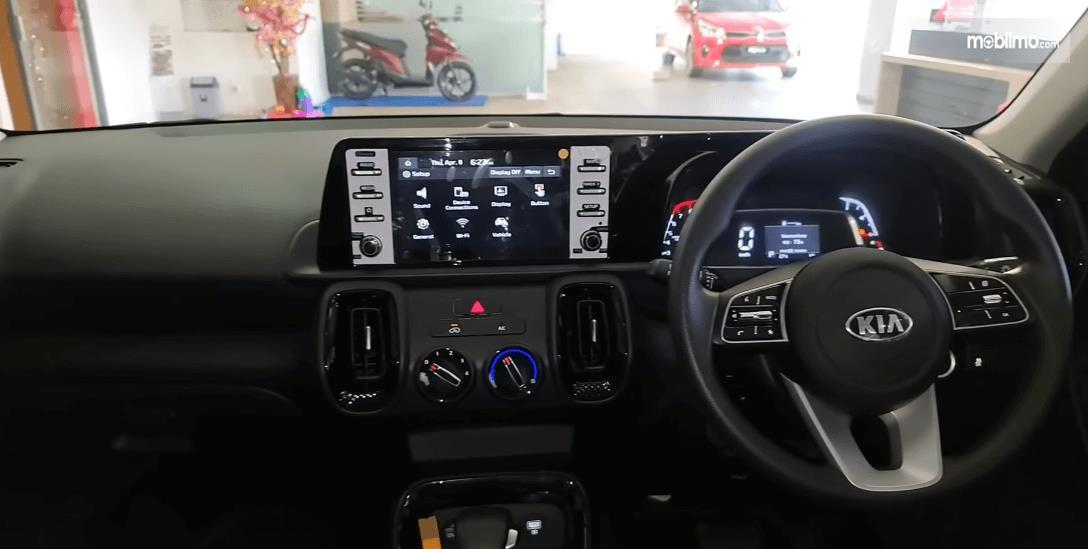 Gambar ini menunjukkan dashboard dan kemudi Mobil KIA Sonet Smart 7 Seater 2021
