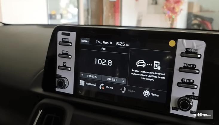 Gambar ini menunjukkan head unit Mobil KIA Sonet Smart 7 Seater 2021