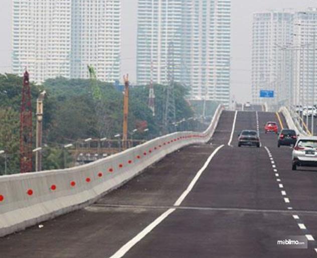 Gambar  ini menunjukkan Jalan Tol Layang MBZ