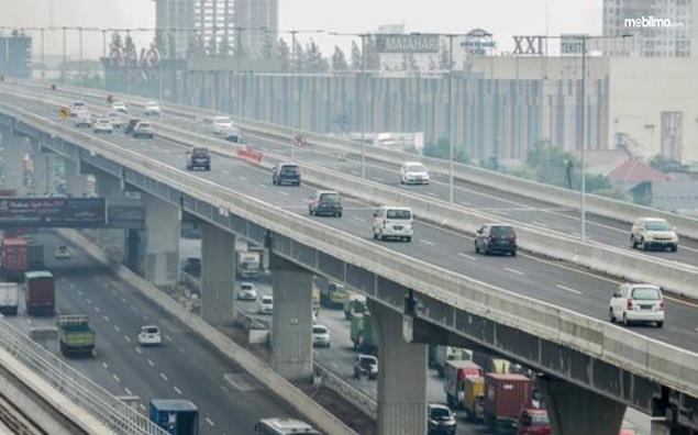 Gambar ini menunjukkan jalan Tol Layang MBZ dengan banyak kendaraan melewatinya