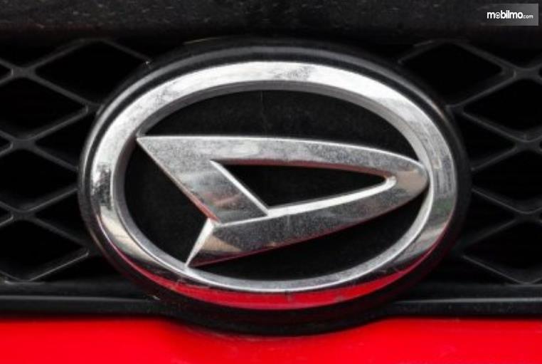 Gambar ini menunjukkan logo Daihatsu warna krom