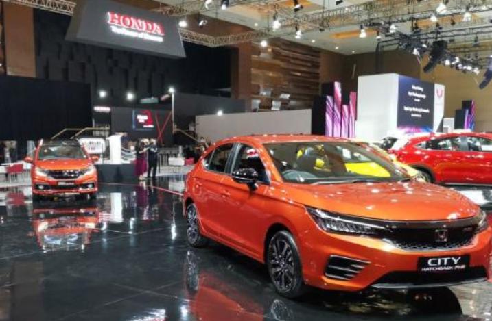 Gambar ini menunhjukkan beberapa mobil di Booth Honda dalam IIMS 2021