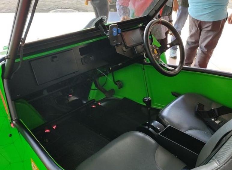 Gambar ini menunjukkan interior mobil listrik Bledhex