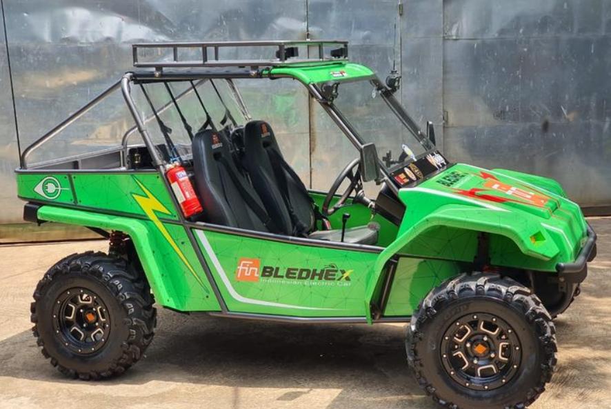 Gambar ini menunjukkan mobil listrik Bledhex warna hijau tampak samping