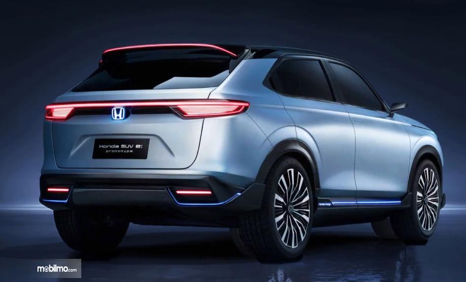 Gambar ini menunjukkan mobil SUV listrik Honda tampak belakang