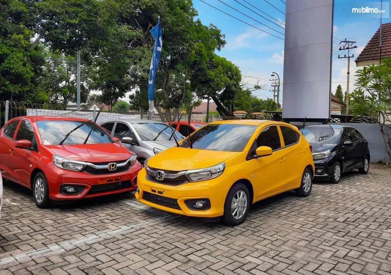 Foto deretan Honda Brio di depan dealer Honda Madiun
