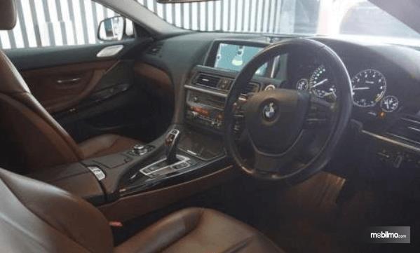Gambar ini menunjukkan dashbiard dan kemudi BMW 640i Coupe 2012