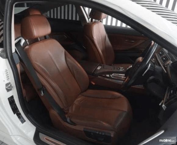 Gambar ini menunjukkan jok mobil BMW 640i Coupe 2012