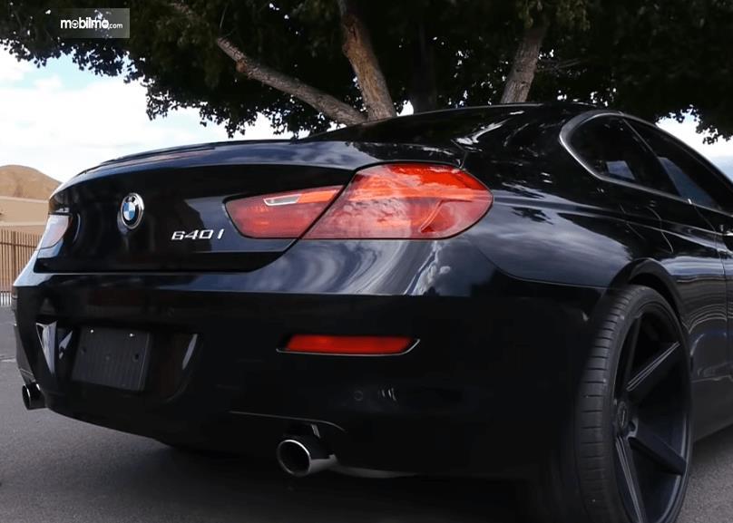 Gambar ini menunjukkan sisi belakang BMW 640i Coupe 2012