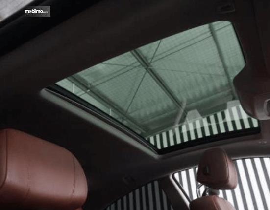 Gambar ini menunjukkan sunroof BMW 640i Coupe 2012