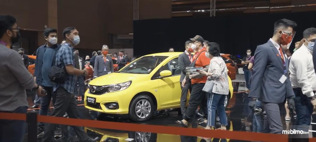 Gambar ini menunjukkan banyak pengunjung di Booth Honda