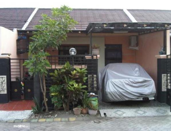 Gambar ini menunjukkan sebuah mobil seperti di depan rumah