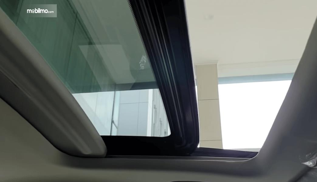 Gambar ini menunjukkan sunroof Honda Odyssey Facelift 2021
