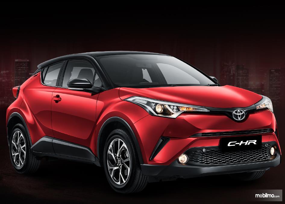 Gambar ini menunjukkan mobil Toyota C-HR merah tampak depan