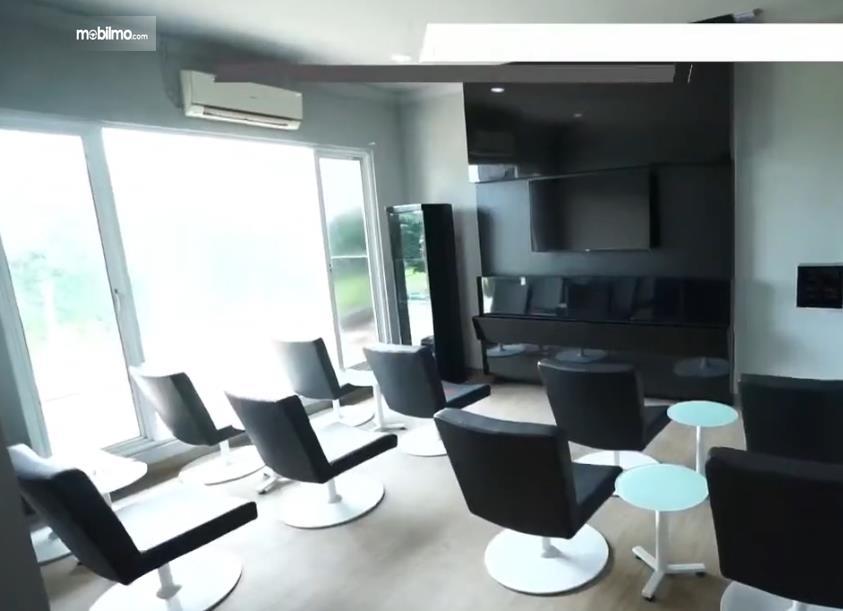 Gambar ini menunjukkan salah satu ruang customer di Dealer Mazda Terbaru Di Pluit Jakarta Utara