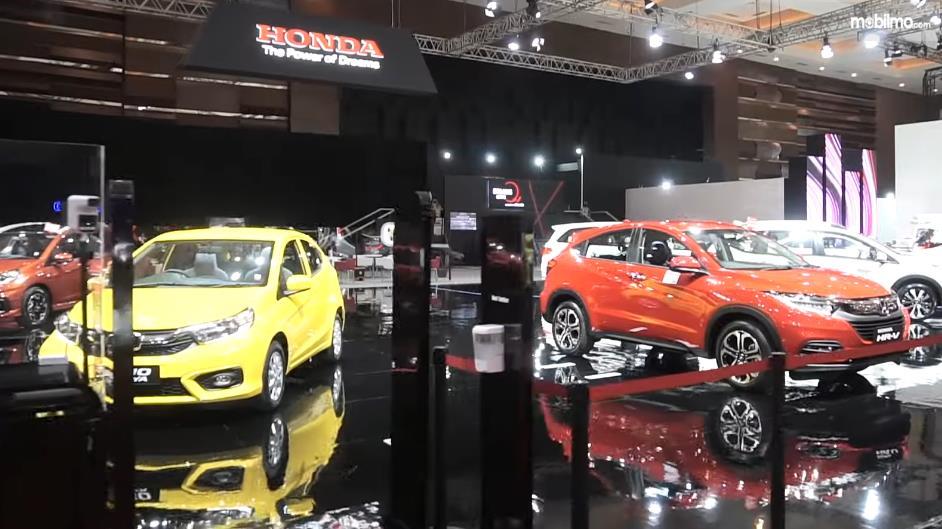 Gambar ini menunjukkan beberapa mobil di Booth IIMS Hybrid 2021