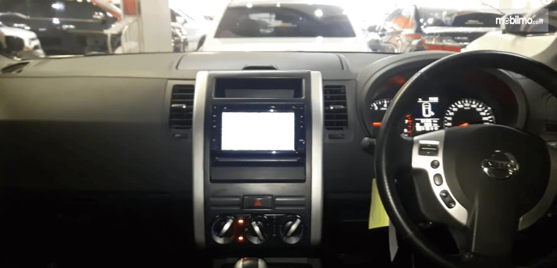 Gambar ini menunjukkan dashboard dan kemudi Nissan X-Trail XT Facelift 2013