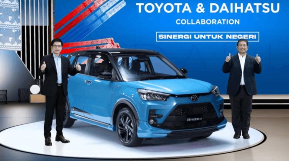 Gambar ini menunjukkan Toyota Raize dan 2 orang berdiri di sampingnya