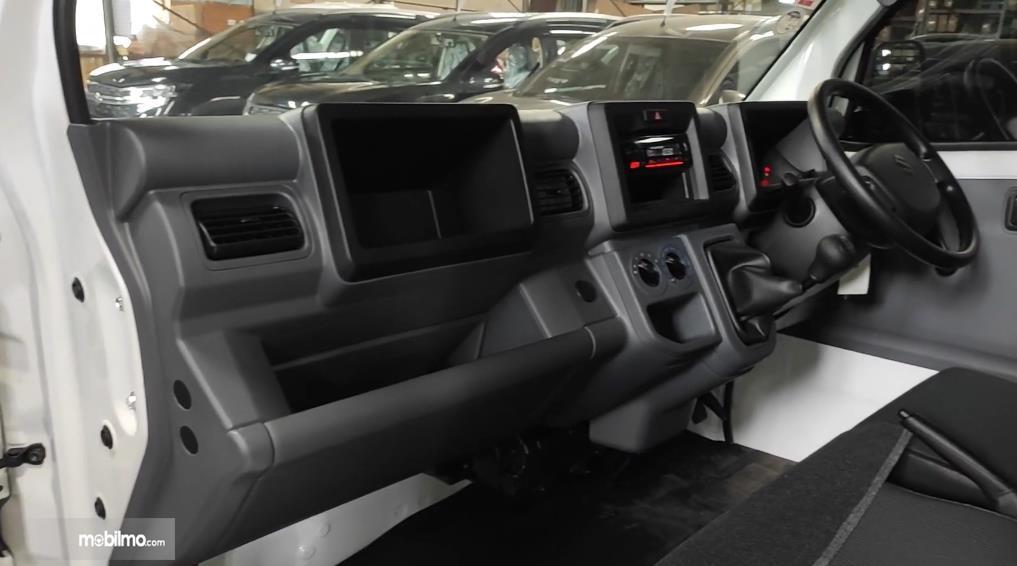 Gambar ini menunjukkan dashboard Mobil Suzuki Carry Pick Up facelift 2021