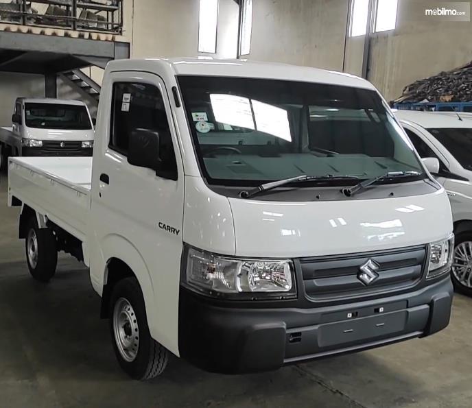 Gambar ini menunjukkan bagian depan Mobil Suzuki Carry Pick Up facelift 2021