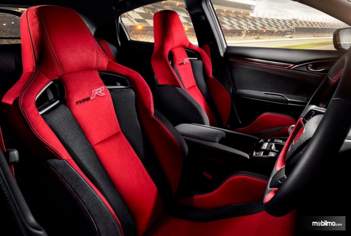 Gambar ini menunjukkan interior mobil New Honda Civic Type R 2021