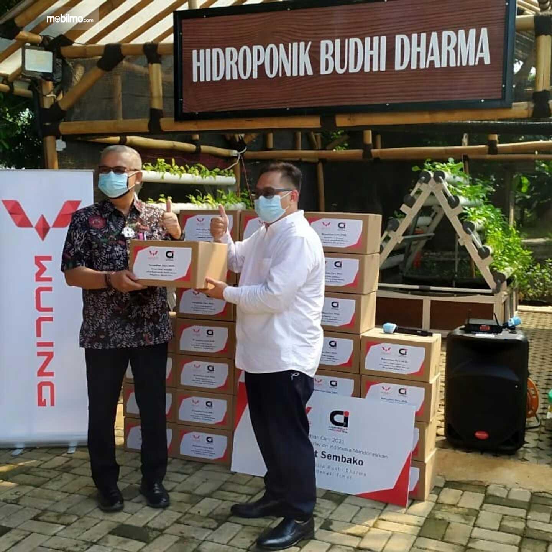 Foto serah terima donasi paket sembako dari Cortezian Indonesia kepada Balai Lansia Budi Dharma Margahayu, Bekasi Timur