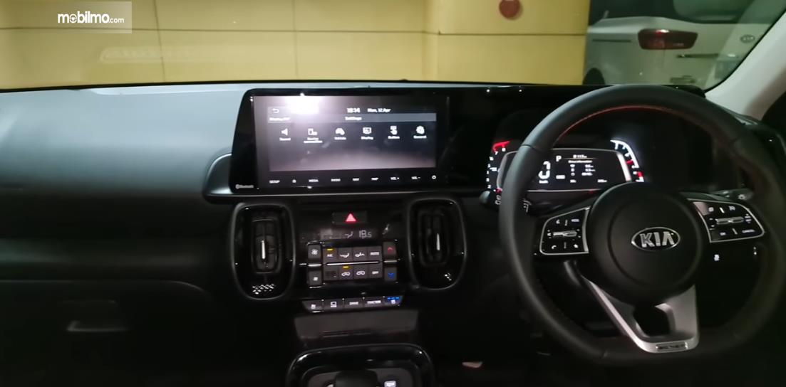 Gambar ini menunjukkan dashboard KIA Sonet Premiere 7 Seater 2021