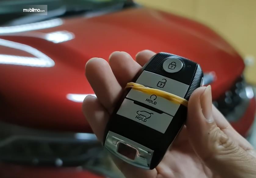 Gambar ini menunjukkan remote smart key KIA Sonet Premiere 7 Seater 2021