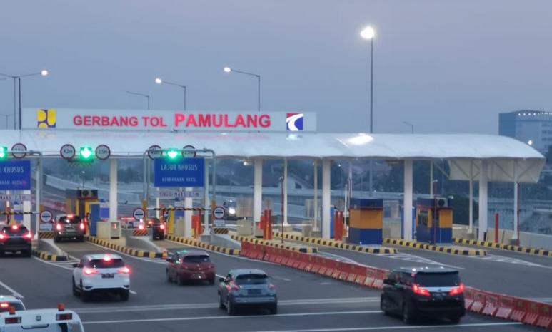 Gambar ini menunjukkan Gerbang Tol Pamulang